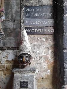 statua-pulcinella-via-dei-tribunali-napoli