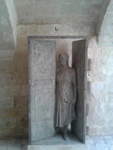 pietro-guida-figura-che-apre-la-porta-scultura-museo-musma-matera